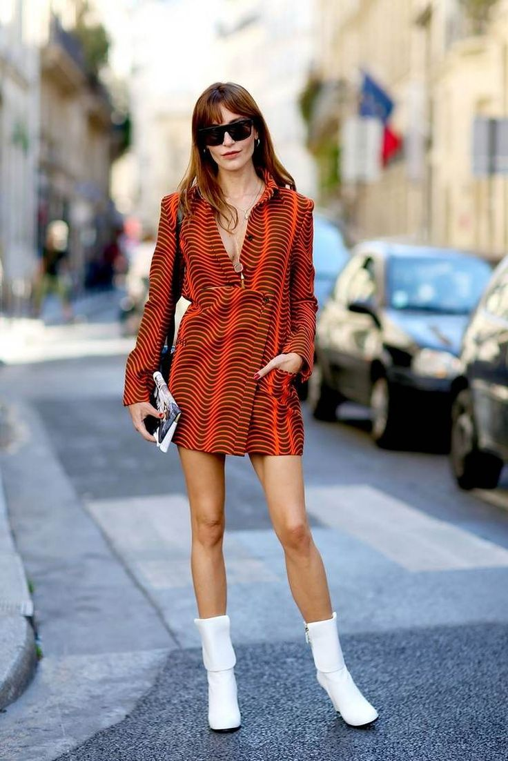 mode-annees-70-veste-orange-bottes-blanches-cheveux-longs-fnrage