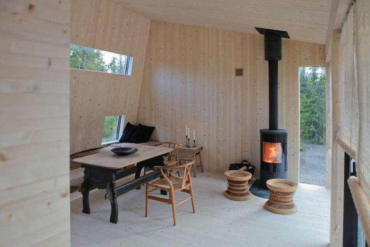 VEDFYRING: Fordi hytta er under 50 kvm, omfattes den ikke ikke av isolasjonskravene i byggeforskriftene. Men selv om det bare er en vedovn for oppvarming, så magasineres varmen godt i veggene og skaper en god varme.