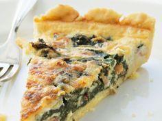 Grönkålspaj med valnötter. Fyllning: 250 g grönkål, 3 st ägg, 3 st rödlökar, 2 dl riven ost, 2 dl vispgrädde, 1 dl mjölk, 1 dl valnötter, smör, 1 krm peppar, 1 tsk salt. Förgrädda det kylda pajskalet ca 10 minuter på 200. Grovhacka kålen o koka lätt. Pressa ur all vätska. Skiva löken. Fräs lök och grönkål i smör. Lägg grönkålsblandningen, osten och nötterna i pajskalet. Vispa ägg, grädde och mjölk. Krydda med salt och peppar. Häll äggstanningen över grönkålen. Grädda cirka 40 minuter.