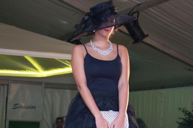 Brillantes destellos para acompañar a una elegante y sobria pamela #desfile #joyasperfumadas #tomelloso
