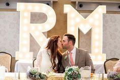 Coloca unas letras gigantes detrás de la mesa nupcial #bodas #elblogdemaríajosé #letrasgigantes #decoraciónboda #tendenciasbodas2015 #diloengrande