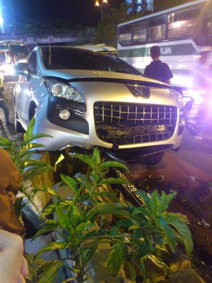 21:49 Kecelakaan Peugeot B 1929 SOZ menabrak pembatas jalan di samping Point Square Lebak bulus & msh penanganan Petugas Polri.