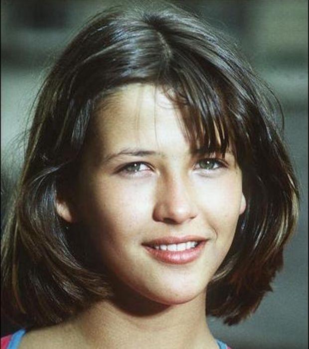 Sophie Marceau/ l' ayant vue de vrai et de près je vous assure que cette femme est mille fois plus belle en vrai. Sans maquillage au naturel  l' été de 2016 on ne peux lui donner plus que trente et des poussières.