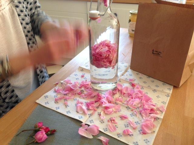 de l'eau, des roses et gaëlle en pleine action ! C'est simple l'au de rose !