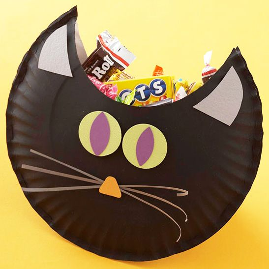 Spooky Simple DIY Halloween Bags - Use paper plates to make a black cat! This is so cute!