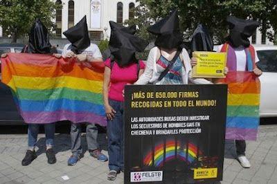 Amnistía Internacional y FELGTB protestan ante la embajada rusa por los secuestros de gais en Chechenia. La ONG ha recogido casi 700.000 firmas en distintos países del mundo -más de 23.000 en España- para reclamar que se acabe con esta persecución. EFE | Público, 2017-06-02 http://www.publico.es/sociedad/amnistia-internacional-y-felgtb-protestan.html