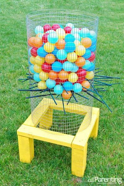 Een tafel met gat erin. Daarop cirkel kippenhaag. Je steekt onderaan stokken door in alle richtingen. De ballen doe je ook in de cirkel maar je zorgt ervoor dat de ballen niet door de stokken vallen. Het is de bedoeling dat de peuters aan d stokken trekken en de ballen naar beneden vallen.