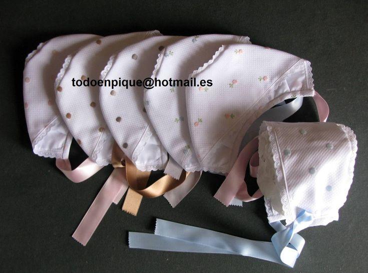 Foto: web-006 Capotita basica confeccionada en pique y tiras bordadas finas. La tira bordada puede ser en color blanco o marfil. Se confecciona bajo pedido en todas las telas del catalogo de telas. PRECIO: 16.00 euros Compra a traves de la tienda on line http://todoenpiqueparabebe.com/es/ o correo electronico todoenpique@hotmail.es