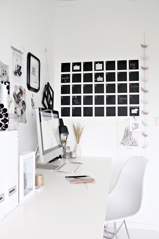 Maandkalender, notities aan de muur van krijtbord verf