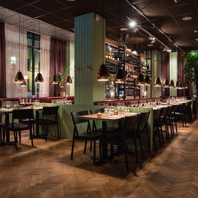 På nyöppnande restaurangen 39 Wäst på Kungsholmen i Stockholm ligger denna vackra fiskbensparkett. Ca 200 kvadratmeter Bjoorn Parkettstav i en Select sortering ytbehandlad med Bjoorn hårdvaxolja naturell Adam. Snyggt! www.bjoorn.se/fiskbensparkett