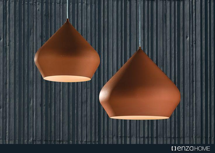 Metalin soğukluğunu toprak tonlarının sıcak etkisiyle buluşturan Clay, etnik tasarım detaylarıyla zenginleşen formunu modern bir dokunuşla tamamlayarak mekanlarınız için ideal bir seçeneğe dönüşüyor.
