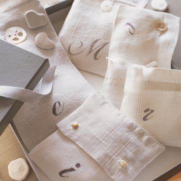 Des pochettes cadeaux peintes du mot merci // lucky bags, gifts, birthday, party, thank you