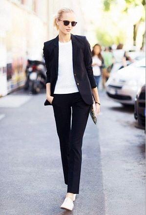 オックスフォードシューズは甘めなデザインが結構多いのですが、大人の女性が綺麗めにコーディネートしたい時にも結構使えるシルエットがあったりします。  白のさっぱりとしたオックスフォードシューズは綺麗な黒のパンツとジャケットを合わせて大人っぽくコーディネート。レースアップシューズはデザインが甘めではないものを選ぶのがポイント。