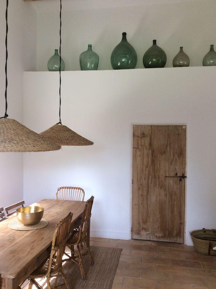Damajuanas como decoración en una casa rural. La puerta, lámparas y el resto del mobiliario también nos encanta!
