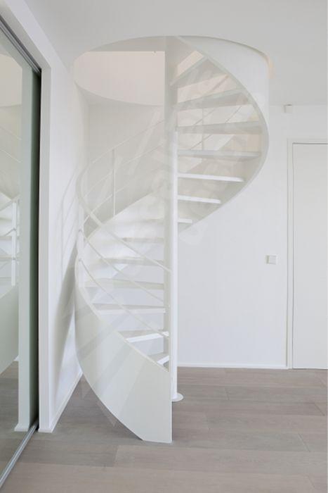 DH93 - SPIR'DÉCO® Caisson. Escalier hélicoïdal métallique d'intérieur design et contemporain avec marches Nanoacoustic® (Exclusivité Escaliers Décors®) pour un escalier tout métal silencieux. À la demande du client le limon en caisson a été réalisé dans une large dimension soulignant ainsi cet escalier en colimaçon tout en courbes. La rampe composées de fer plat confère à cet escalier un côté graphique et résolument contemporain. Finition : laque blanche. - © Photo : Nicolas GRANDMAISON