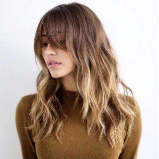 Tra i tagli più amati del 2017 ci sono i capelli lunghi. Insieme ad haircut simmetrici e alla pari, spopolano anche le scalature, che alleggeriscono o danno volume a chiome troppo uniformi...