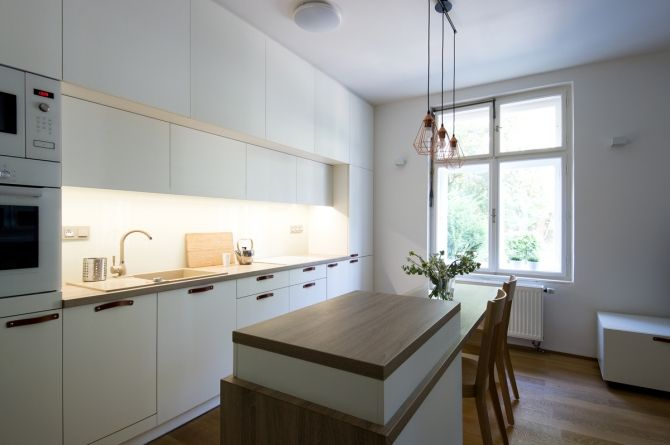 kuchyn a pojizdny stolek TV