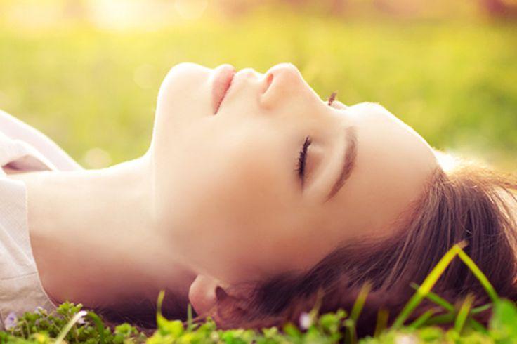 Wiele osób walczy z trądzikiem, a kiedy w końcu uda się go wyleczyć, to pozostają nieestetyczne blizny. Możemy je zakrywać grubą warstwą makijażu, jednak są sposoby, dzięki którym staną się mniej widoczne. Dzięki temu nawet rankiem będziemy mogły z uśmiechem spojrzeć na naszą cerę w lustrze!