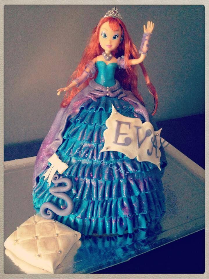 C'est un gâteau !!  cake en dessous et la robe en pâte à sucre. Et bien sûr la vraie poupée. https://www.facebook.com/pages/G%C3%A2tHaut-en-Couleur/447546758651019