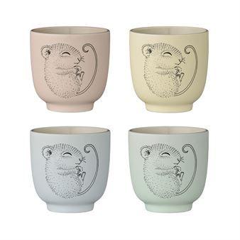 Den nydelige koppen Adelynn fra Bloomingville er laget i fin keramikk og har et s�tt trykk med en sovende liten mus. Koppen passer utmerket til de aller minste og kan også kombineres med annet s�tt barneporselen fra Bloomingville! Koppen selges i sett med fire i forskjellige farger.