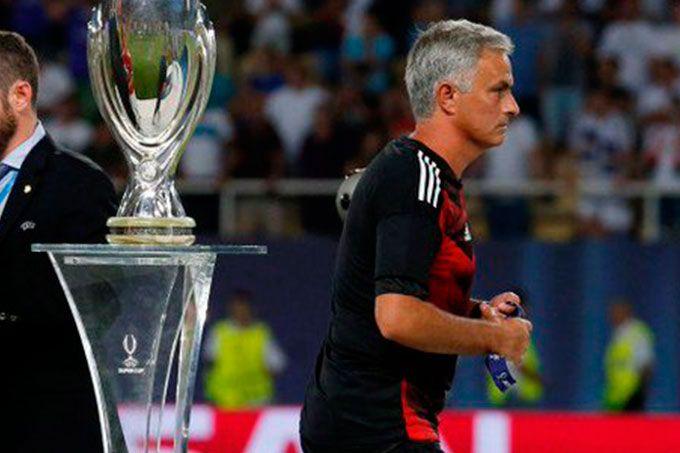 ¡Detallazo! Mourinho regaló medalla a un niño en final de Supercopa #Deportes #Fútbol