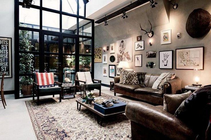 canapé et fauteuil en cuir, table basse style industriel et mur de béton dans le salon au charme masculin