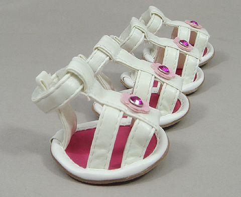 Белые сандалии с розовой брошью