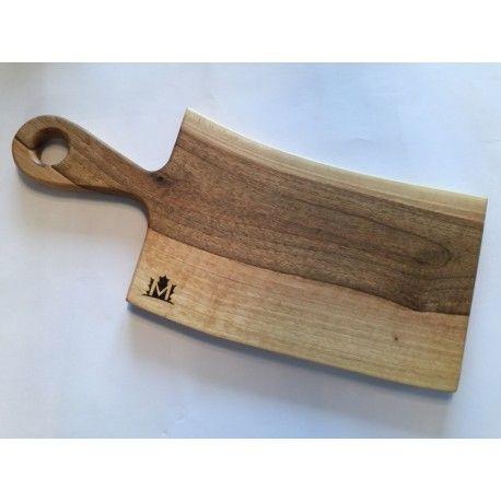 Deska kuchenna.  Idealna do serwowania potraw.   Jedyna w swoim rodzaju. Będzie stanowić element wystroju każdego stołu czy kuchni.  Wykonana z jednego kawałka drewna.  Materiał: Drewno orzechowe.  Wymiary: 20,5cm x49cm x 2cm (szer x dł x gr )  Wszystkie deski wykonane są ręcznie i impregnowane naturalnymi olejami.