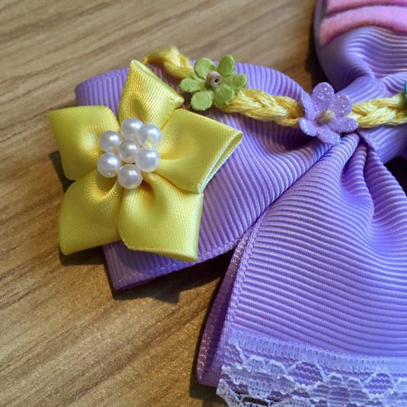 Arco del pelo de estilo princesa de Rapunzel Disney Tangled. Lila del Grosgrain cinta decorada con acentos de encaje blanco, fieltro rayas amarillo flor rosa y trenza amarilla, con mini flores. Montada en una pinza. Puedo hacer arcos personalizados, házmelo saber si quieres algo específico. Precio es de arco único.