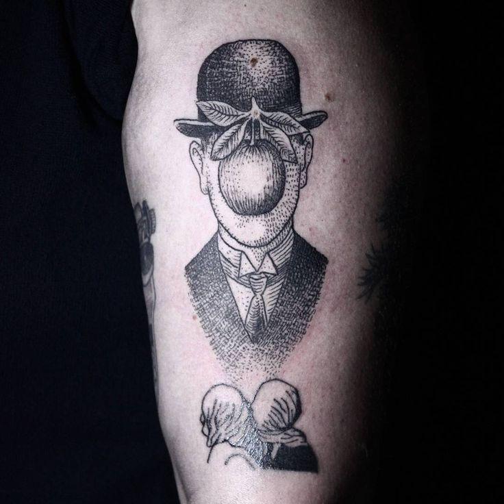 """""""o filho do homem"""" para a @alinezouvi juntando com """"os amantes"""" pela @indomita.tattoo #magritte #magrittetattoo  #blackwork  #crosshatching  #tattoo  #blackworktattoo"""