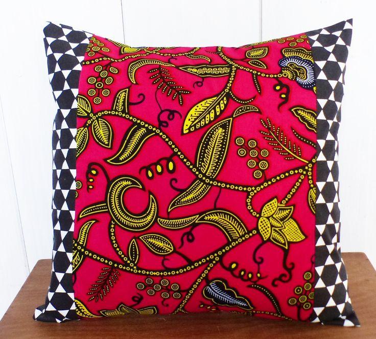 Housse de coussin 40 x 40 cm en patchwork de tissu WAX fuchsia et jaune et géométrique noirs et blanc : Textiles et tapis par zig-et-zag