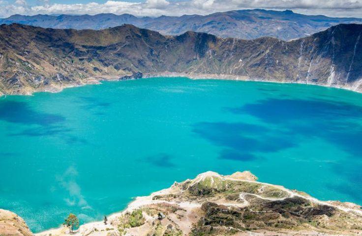Kratersøen Quilotoa i Latacunga, Ecuador, ligger et stykke fra Cotopaxi Nationalpark højt oppe i bjergene. Kratersøen har en helt fortryllende blå farve, og så er den bare kæmpestor. Her er også god udsigt til andre vulkaner i området!
