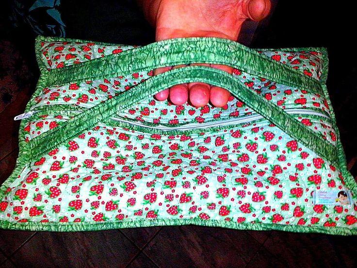 Porta travessa.  Ótimo para transportar a travessa para um almoço de família.    Feito com tecido de algodão, manta acrílica e forro de algodão cru.  Possui 2 alças. Fecha com zíper.    Medidas aproximadas: 46 X 30 cm. Cabe travessa de no máximo 37 X 21 cm.      OBS: ANTES DE EFETUAR A COMPRA VER...