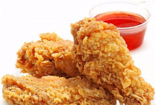 КРЫЛЫШКИ А-ЛЯ KFC 🍗 Нереальная вкуснотень получилась 😍 http://qps.ru/TWqvR    ИНГРЕДИЕНТЫ: ● крылышки ● масло растительное ● паприка ● чеснок ● соль ● кукурузные хлопья  ПРИГОТОВЛЕНИЕ: Берем десяток крылышек, осматриваем на наличие перышек, ну и в кастрюльку. Чуть присаливаем воду и на огонь. До кипения довели, пену сняли и убирайте быстренько с огня. Пусть остывают в бульоне. Скажу по секрету, самая вкусная курица делается именно так. Закипела и в сторону, остывать. Попробуйте, не…