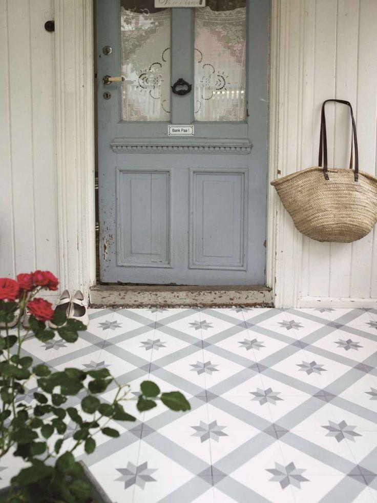 GAMLE DØRER OG REPRODUSERTE FLISER: Bygningsverninstitusjonen Gamle Trehus har over tusen gamle dører på lager. Her finner du også nyproduserte fliser med tradisjonsrike mønster.