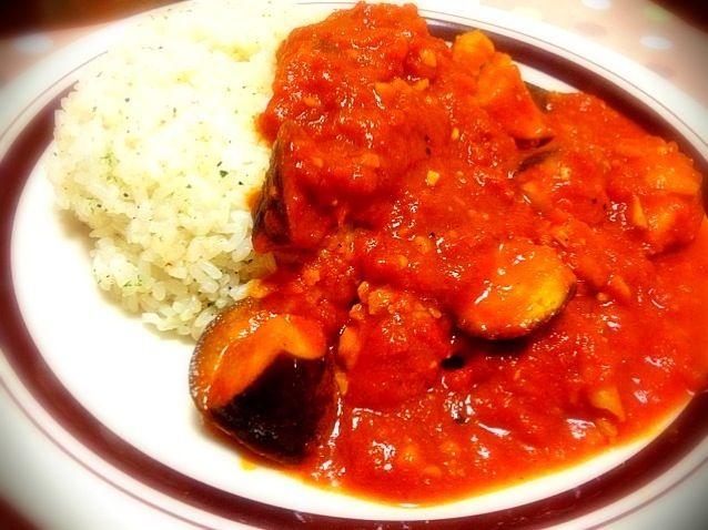 今日は夜勤明けなので晩ご飯は簡単なカレーですませました♪( ´θ`)ノ - 31件のもぐもぐ - トマトカレー&ガーリックライス by miyurou