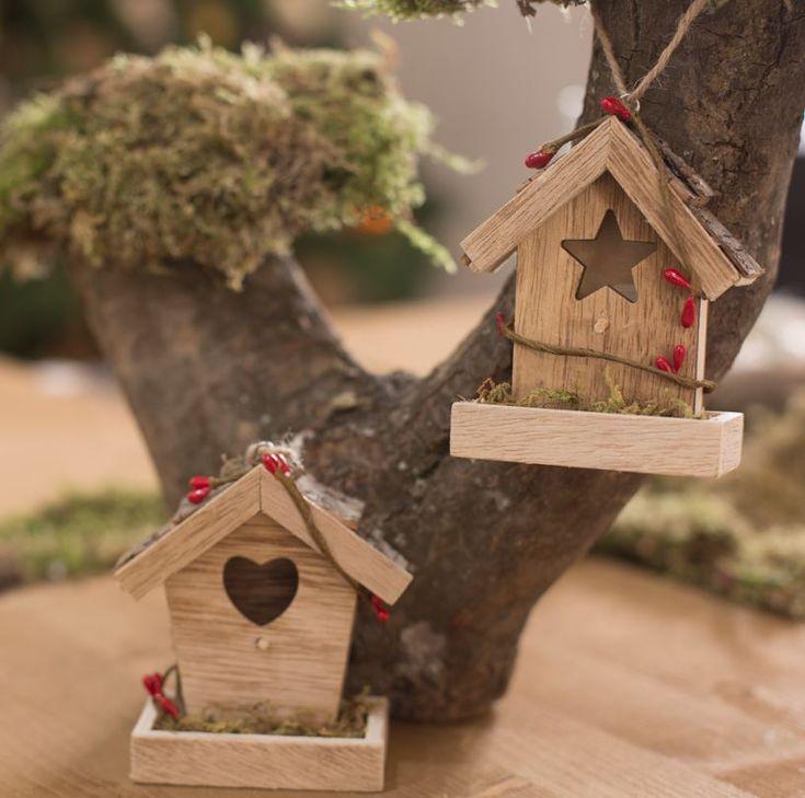 Estos adornos en madera y con forma de casitas, dan un toque rústico y natural a la decoración navideña. Sácalas del árbol para adornar otros rincones de la casa.