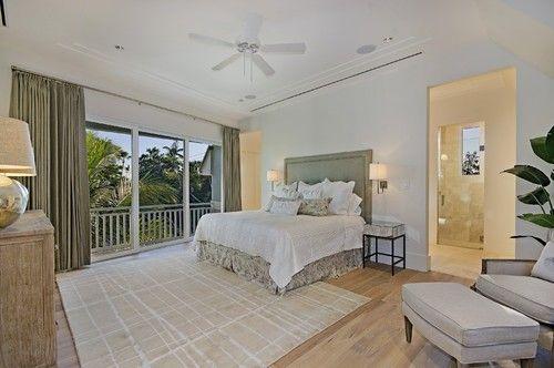 Grüne Vorhänge und gepolsterte Kopfteil Stand in diesem Master-Schlafzimmer weiß getünchten Kulisse. Foto: Laura Hay DECOR & DESIGN Inc.