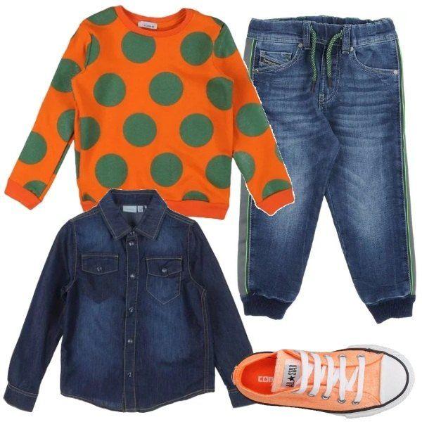 Una divertentissima felpa di cotone arancio, a pois verdi, è abbinata ai jeans Diesel, coulisse in vita e stretti alla caviglia, camicia di Jeans e sneakers basse arancio Converse.
