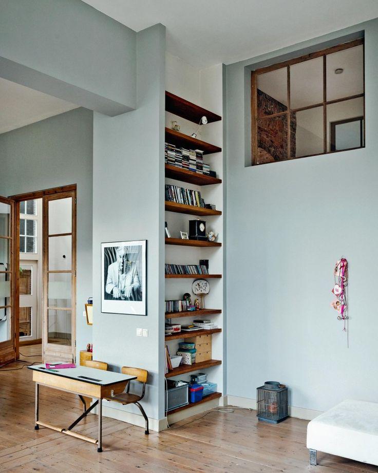 Boekenkast tussen twee muren, bruine planken / witte achtergrond