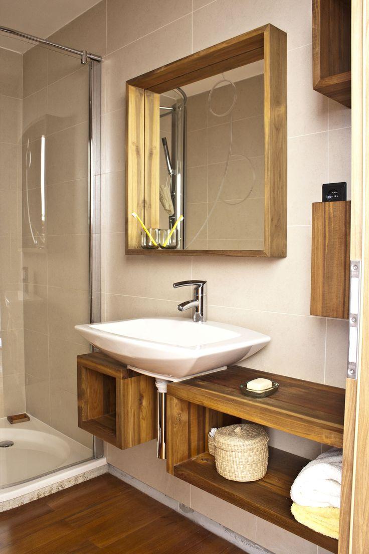 """Ukázka malé, teakové, koupelny, která navazuje na """"Koupelnu v ložnici"""". Teakové dřevo napuštěné pouze olejem působí přívětivě, zachovává si svůj více..."""
