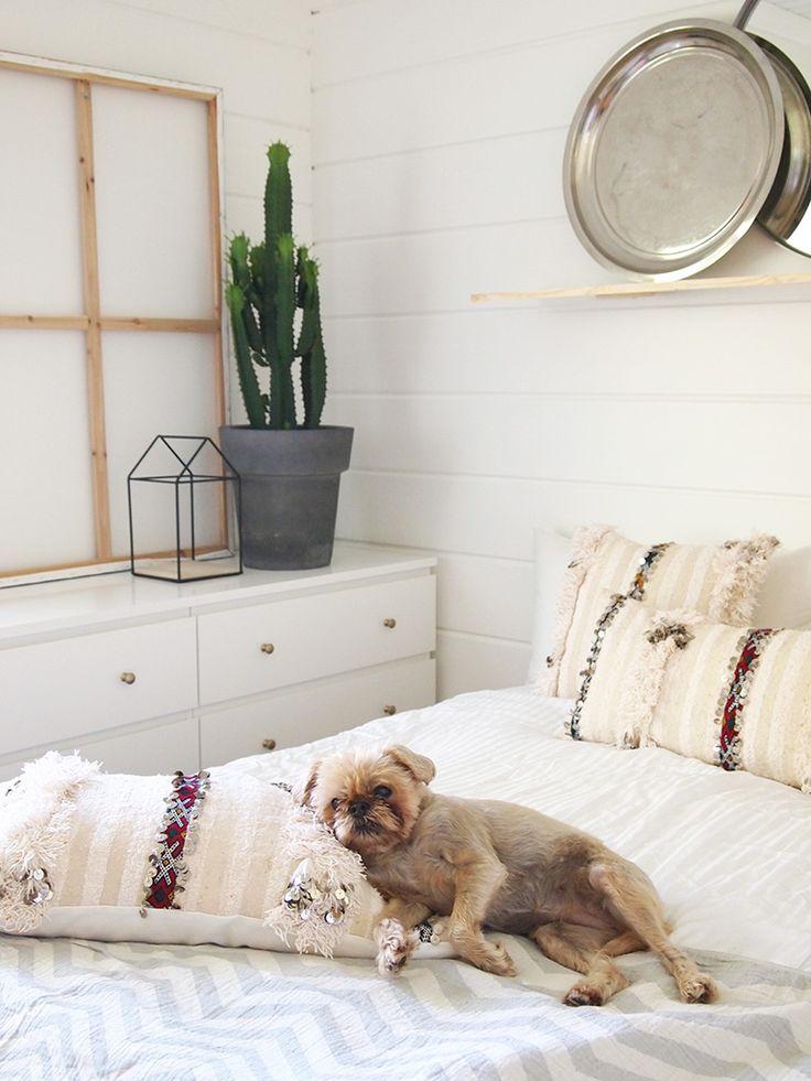 Vaalea, pehmeä makuuhuone. Vintage Handira-tyynynpäälliset.