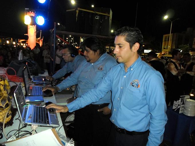 Alexander Sánchez, Miguel Elías y Oscar Bulfrano utilizando lo más novedoso de la tecnología para ofrecer lo mejor durante la entrega de galardones a los pioneros de la radiodifusión en Ciudad del Carmen.