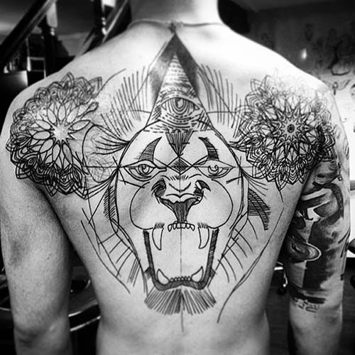 man full back big lion tattoo erkek sırt kaplama aslan dövmesi