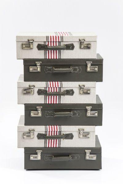 Συρταριέρα Break out Suitcase 6 συρτάρια  Μία πραγματικά εμπνευσμένη συρταριέρα, ένα ιδιαίτερο έπιπλο που αποτελείται από έξι χαρτοφύλακες που λειτουργούν ως συρτάρια.Υλικό: πλαίσιο από ξύλο πεύκου, κόντρα  πλακέ και MDF, με επικάλυψη από ύφασμα polyester και δερματίνη με μεταλλικές λεπτομέρειες .