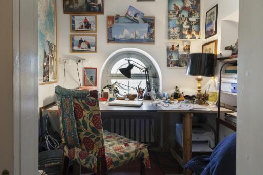 Das winzige Geheimzimmer bietet gerade genug Platz für den Schreibtisch ihres Mannes.