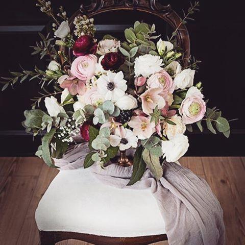Blommor till bröllop eller fest? Här har jag gjort ett arrangemang med ranunkler,nejlikor, eucalyptus och julrosor. Jag älskar lite mer vilda buketter. #blomsterarrangemang #bröllopstema #vårdukning #bröllopsinspiration #alltombröllop #björnsdotterdesignstudio #bröllopsbukett #bröllop