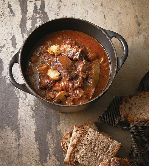 「牛肉の赤ワイン煮」の簡単レシピを紹介。旨みとサシのバランスがよい肩ロース肉(チャックアイロール)は、アメリカン・ビーフの中でも煮込みに向く部位。スープストックやフォンドヴォーがなくても、肉の煮汁とワインだけで、驚くほど本格的な味に!