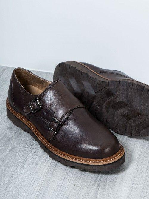 Zapato en piel marrón de alta calidad, confeccionado en España, con broche de doble hebilla lateral. Un zapato con diseño actual, que no deja de lado lo más importante, la comodidad. www.soloio.com #manshoes #shoes #madeinspain #shoesfromspain #menstyle #outfitdetails