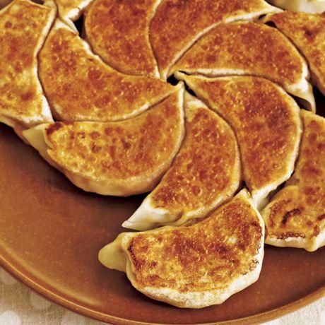 納豆×キムチ! 発酵食品のコクが美味「納豆キムチ餃子」のレシピです。プロの料理家・小林まさみさんによる、納豆、豚ひき肉、長ねぎのみじん切り、餃子の皮などを使った、362Kcalの料理レシピです。